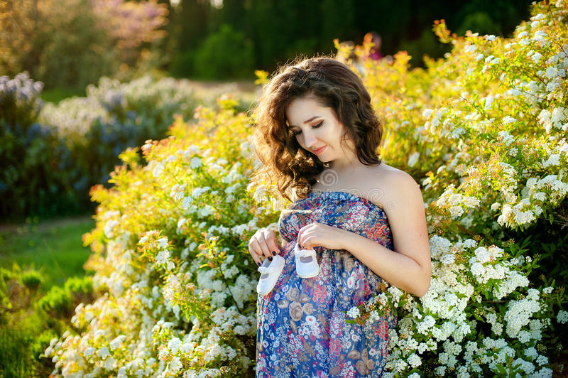 Młody szczęśliwy kobieta w ciąży relaksuje życie w naturze i cieszy się zdjęcia royalty free