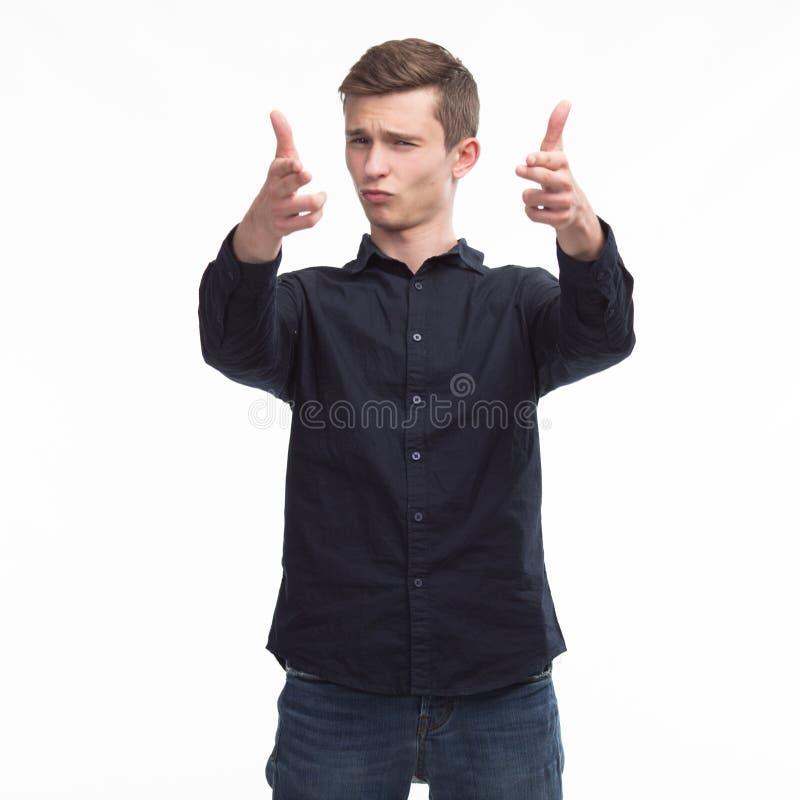 Młody szczęśliwy mężczyzna pokazuje prezentację, wskazuje na plakacie nad g obraz royalty free