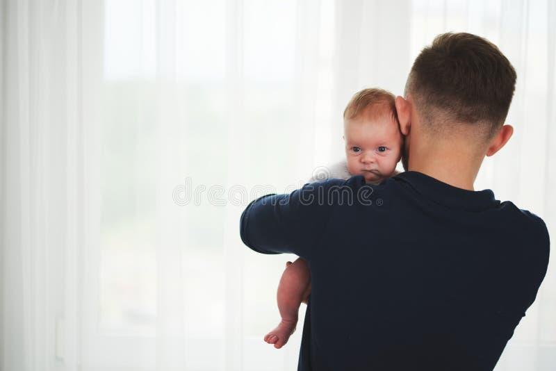 Młody szczęśliwy ojciec z ślicznym dzieckiem fotografia royalty free