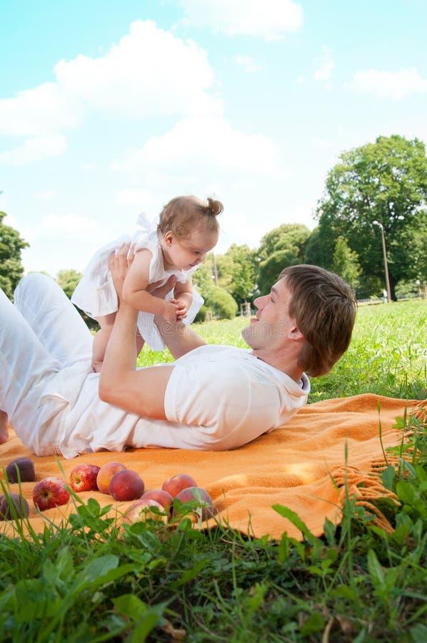 Młody szczęśliwy ojciec z córką w parku fotografia royalty free