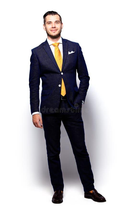 Młody szczęśliwy ono uśmiecha się rozochocony biznesowy mężczyzna obrazy stock