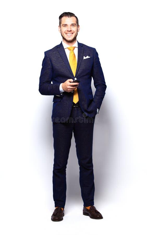 Młody szczęśliwy ono uśmiecha się rozochocony biznesowy mężczyzna obraz stock