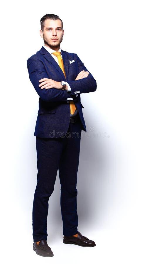 Młody szczęśliwy ono uśmiecha się rozochocony biznesowy mężczyzna obrazy royalty free