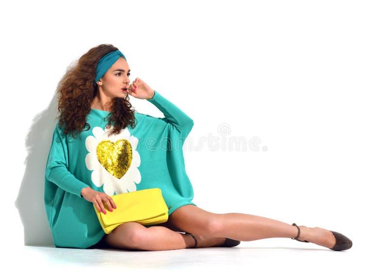 Młody szczęśliwy piękny seksowny kobiety obsiadanie w błękit mennicy modzie bo zdjęcie stock