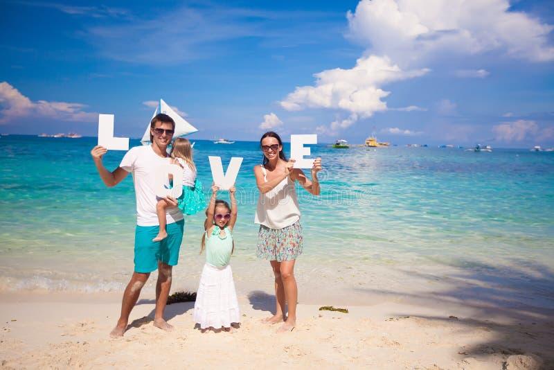 Młody szczęśliwy rodzina składająca się z czterech osób na tropikalnym wakacje fotografia royalty free