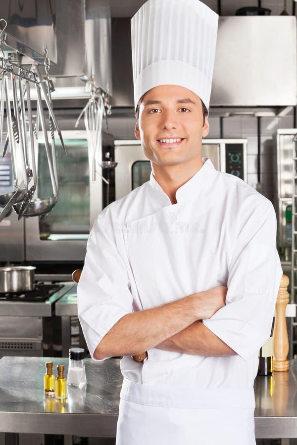 Młody szef kuchni Z rękami Krzyżować obrazy royalty free