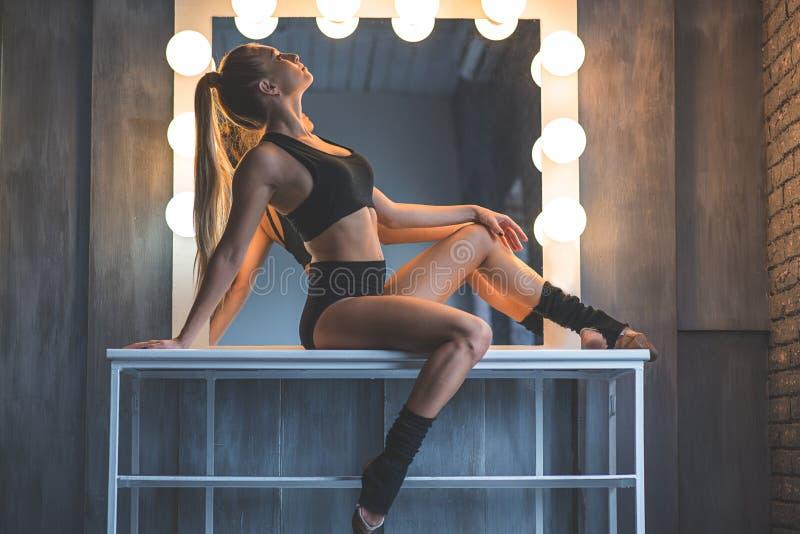 Młody tancerz pozuje przy kamerą obraz royalty free