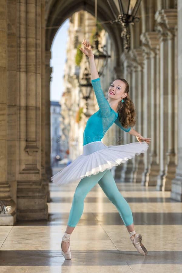 Młody tancerz z spódniczki baletnicy i turkusu trikot zdjęcie royalty free