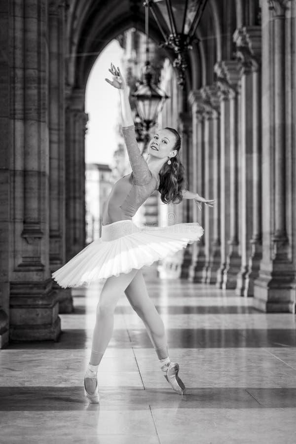 Młody tancerz z spódniczki baletnicy i turkusu trikot zdjęcie stock