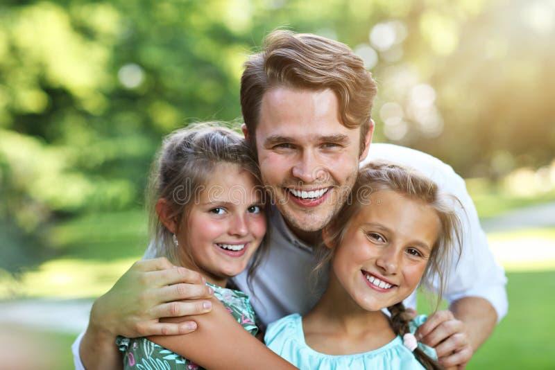 Młody tata z dziećmi ma zabawę w naturze zdjęcia royalty free