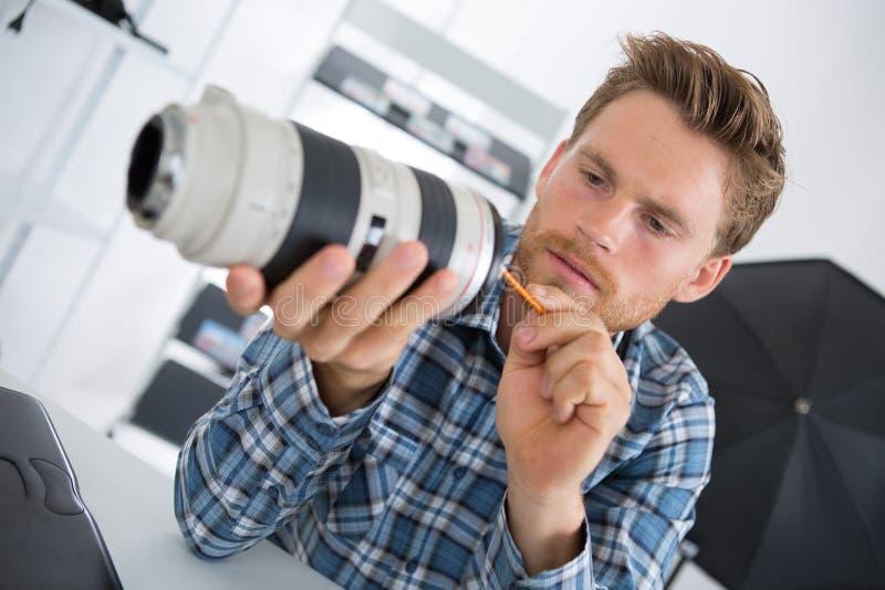 Młody technika cleaning kamery lense zdjęcie royalty free