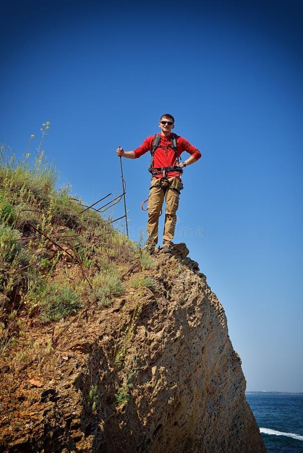 Młody turysta na górze skały obraz royalty free