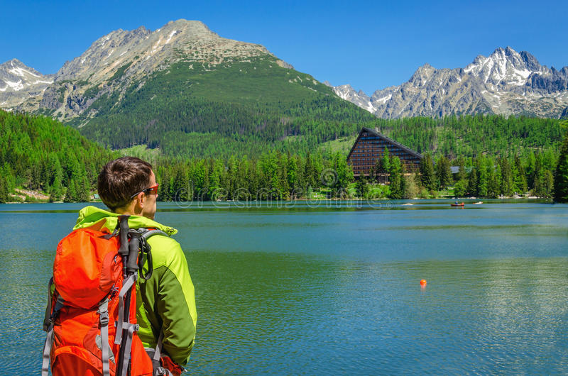 Młody turysta z plecakiem przy halnym jeziorem zdjęcia stock
