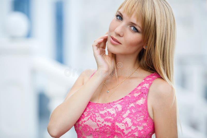 Młody uśmiechnięty kobieta portret outdoors fotografia stock