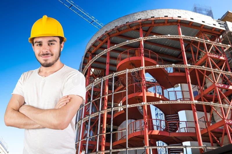 Młody uśmiechnięty pracownik w jobsite zdjęcie stock