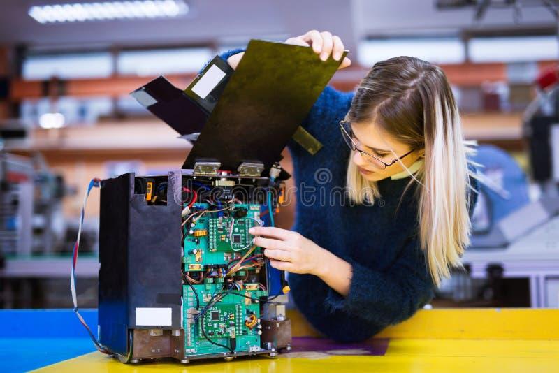 Młody uczeń robotyka pracuje na projekcie zdjęcie royalty free