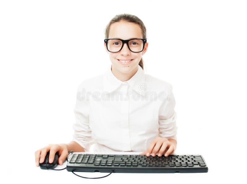 Młody uczeń z komputerową klawiaturą i myszą fotografia stock