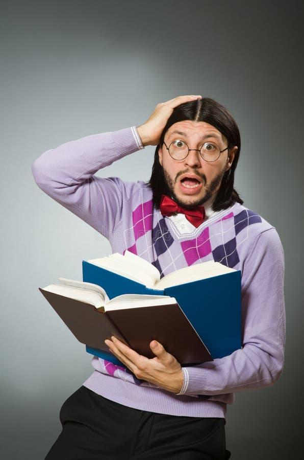 Młody uczeń z książką w uczenie pojęciu obraz stock