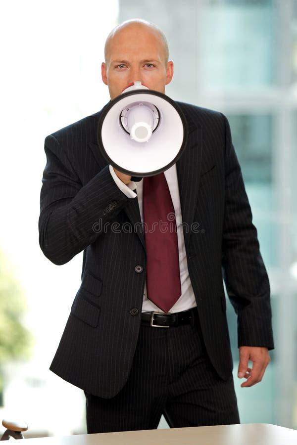 Młody ufny caucasian biznesmen krzyczy przy kamerą zdjęcia stock