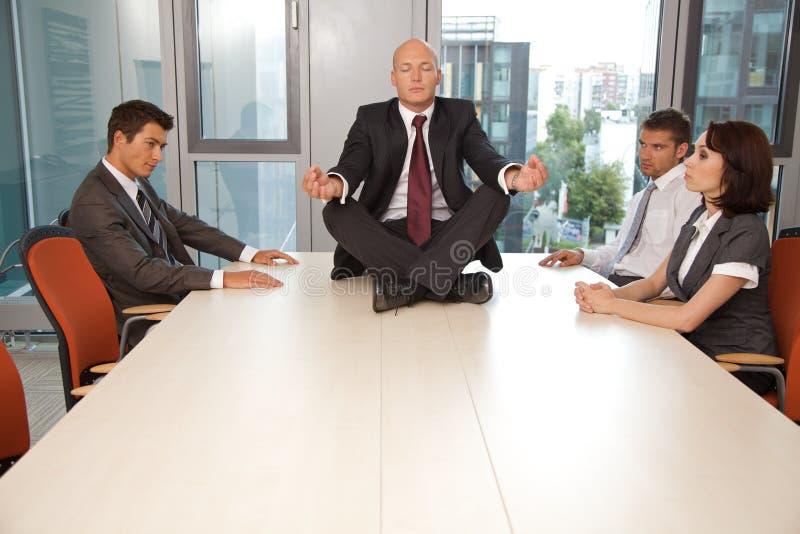 Młody ufny caucasian biznesmen medytuje na biurowym biurku zdjęcia royalty free