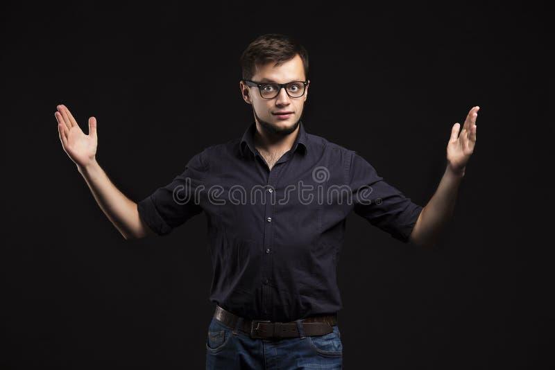 Młody ufny mężczyzna pokazuje rękami zdjęcie stock