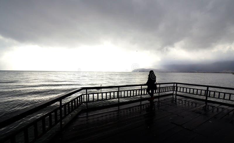 Młody unrecognizable dziewczyny pozować Jeziorny Ohrid obraz stock