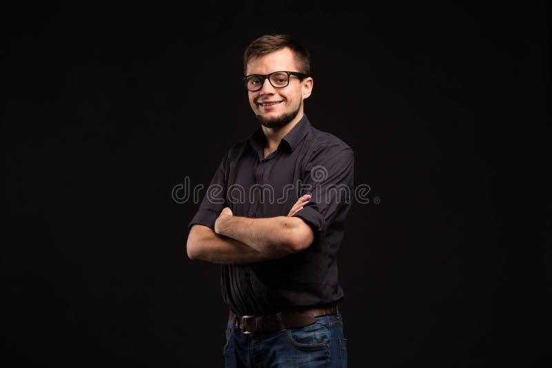 Młody uradowany mężczyzna pokazuje rękami obrazy stock