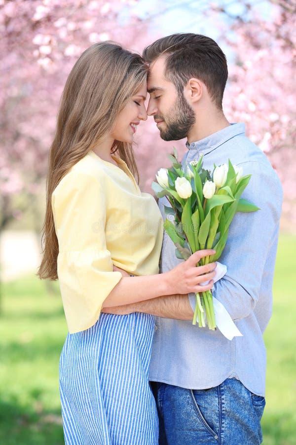 Młody uroczy pary odprowadzenie zdjęcie stock
