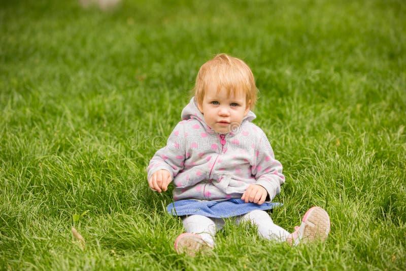Młody uroczy rozochocony dziecko bawić się w parku fotografia stock