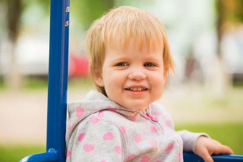 Młody uroczy rozochocony dziecko bawić się w parku obrazy stock