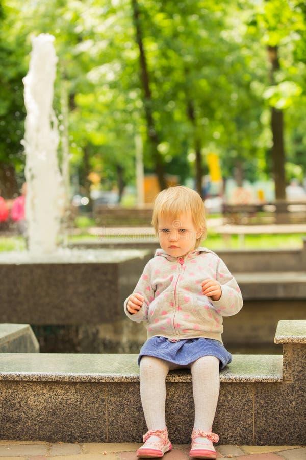 Młody uroczy rozochocony dziecko bawić się w parku zdjęcia stock