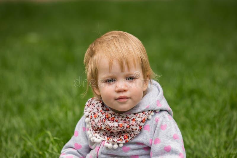 Młody uroczy rozochocony dziecko bawić się w parku obraz royalty free