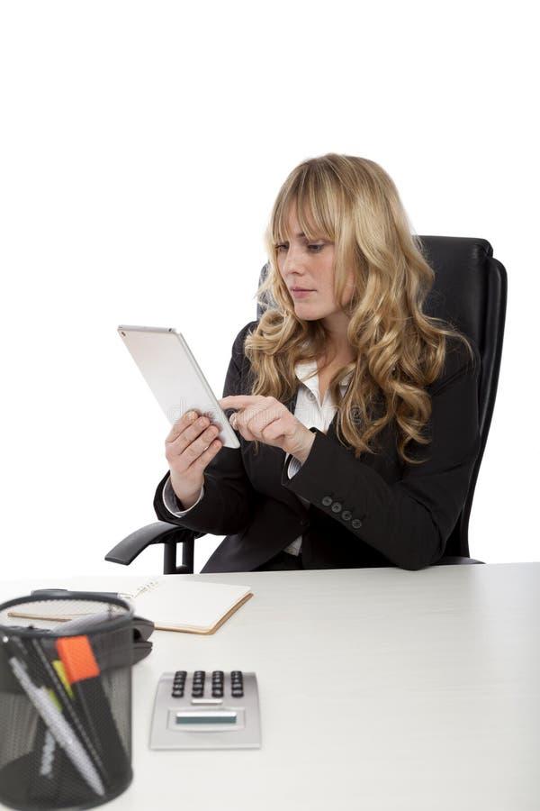 Młody urzędnik używa pastylka komputer zdjęcia royalty free