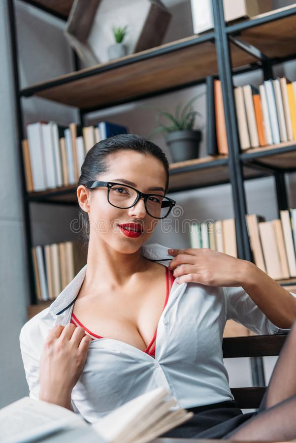 młody uwodzicielski nauczyciel bierze daleko koszula zdjęcia stock