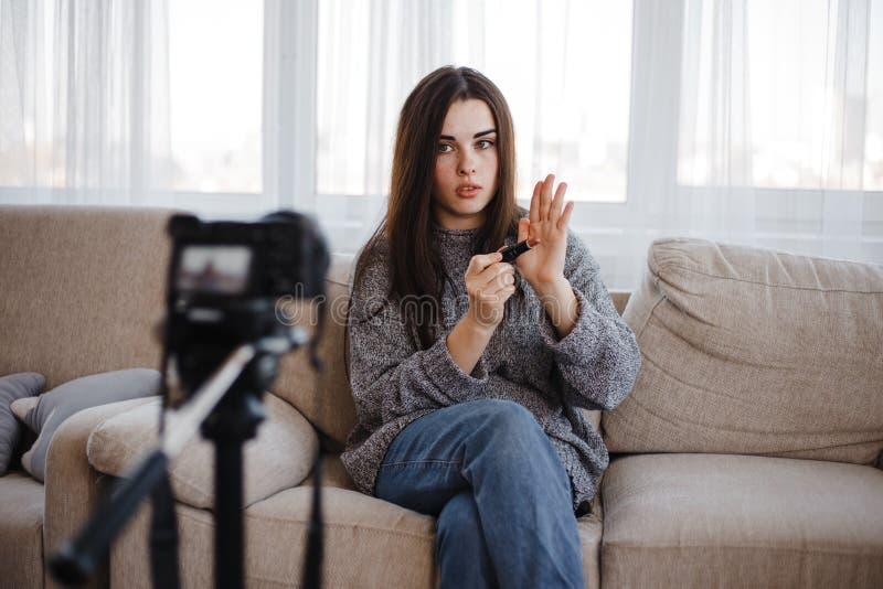 Młody vlogger nagrywa makijażu wideo dla vlog fotografia stock