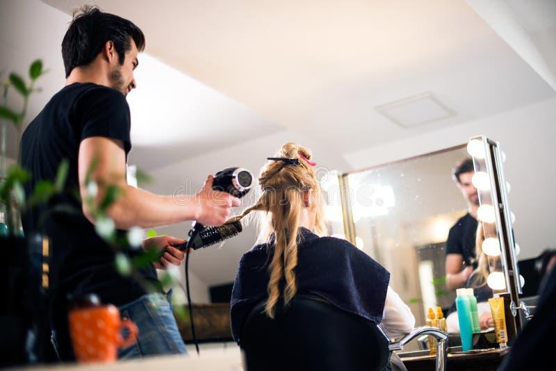 Młody włosiany stylista i klient zdjęcie royalty free