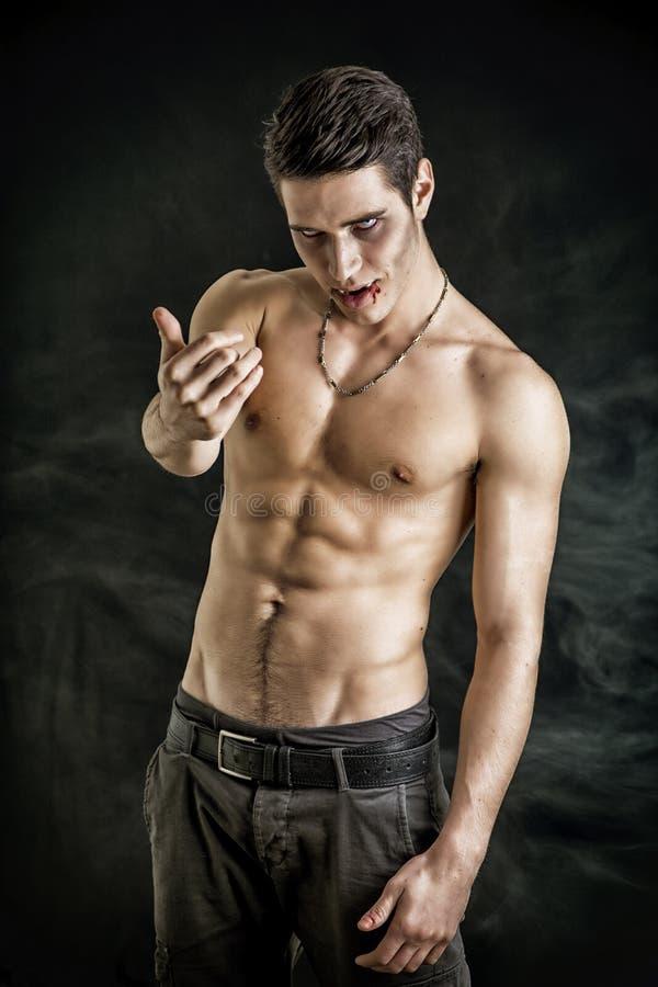 Młody wampira mężczyzna Bez koszuli, Gestykulujący kamera zdjęcie royalty free