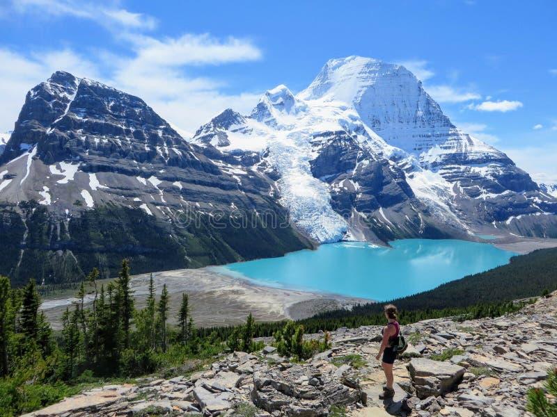 Młody wycieczkowicz podziwia widok Góra lodowa jezioro Robson Gl i góra zdjęcia stock