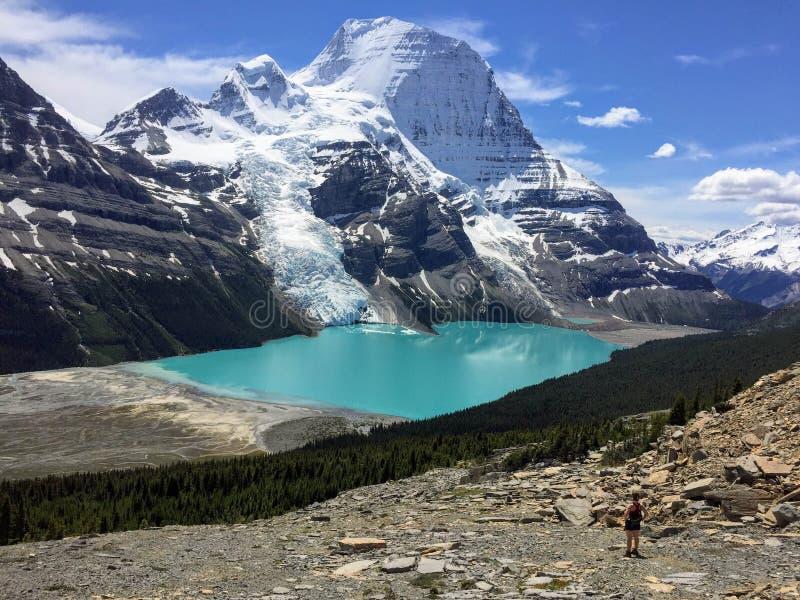 Młody wycieczkowicz podziwia widok Góra lodowa jezioro Robson Gl i góra zdjęcia royalty free