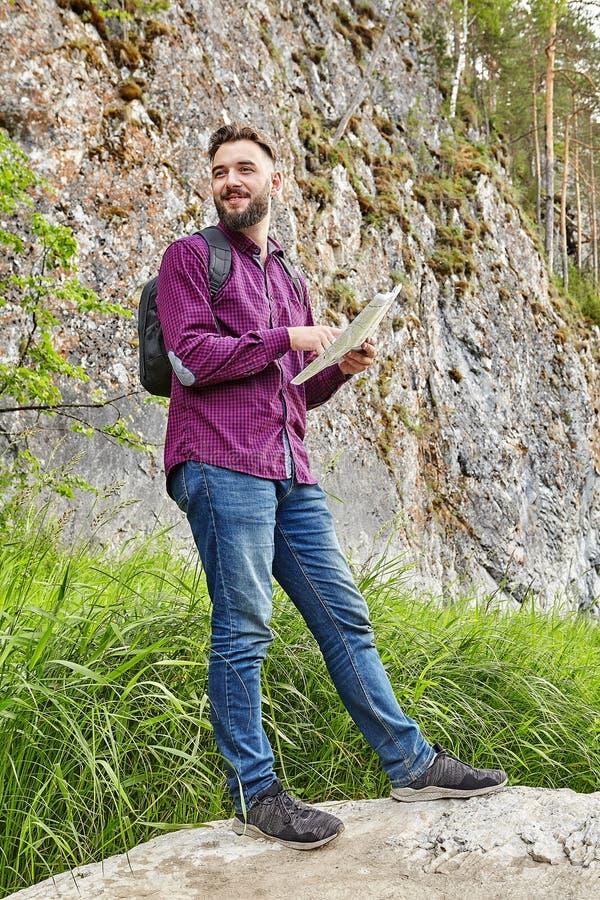 Młody wycieczkowicz trzyma mapę w jego ręki obraz royalty free
