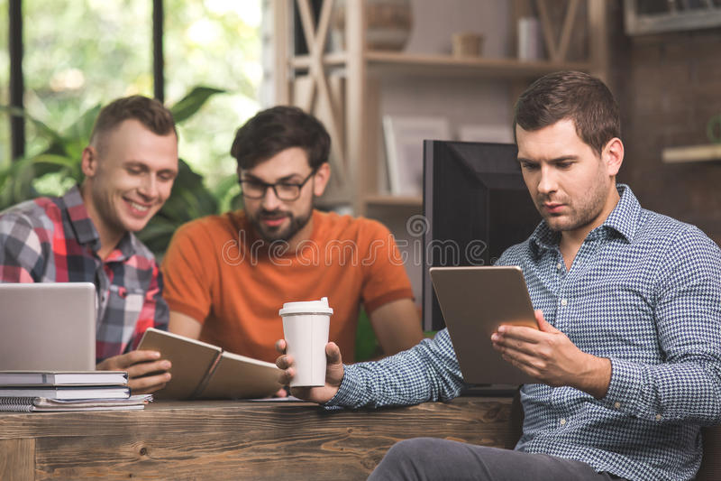 Młodych człowieków programiści pracuje wpólnie w biurze zdjęcie royalty free