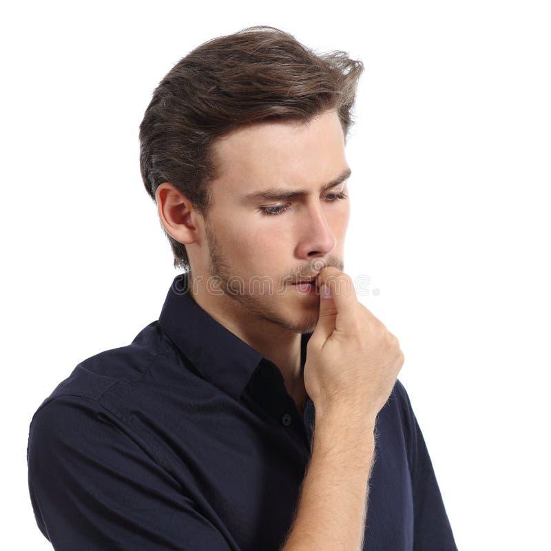 Młodych człowieków stresujący się lub zmartwioni gryzienie gwoździe zdjęcia stock
