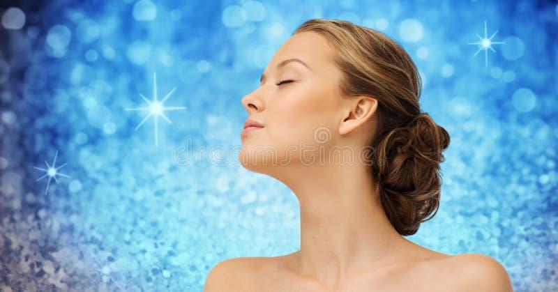 Młodych kobiet ramiona nad błękitnymi światłami i twarz fotografia royalty free