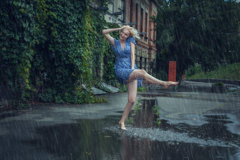 Młodych kobiet swawola w lato deszczu fotografia stock