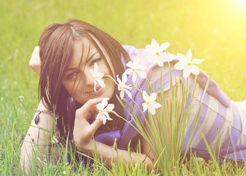 Młodych kobiet wącha daffodils obrazy stock