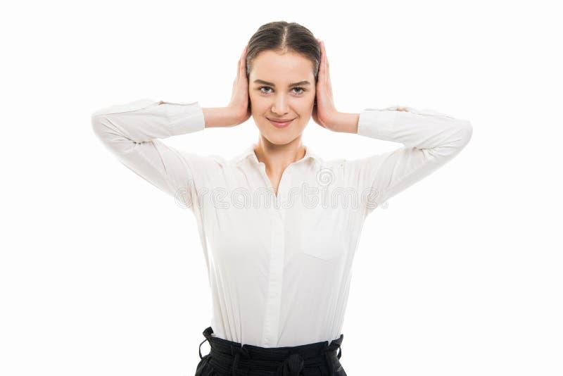 Młodzi ładni biznesowej kobiety nakrywkowi ucho jak głuchy gest obrazy royalty free