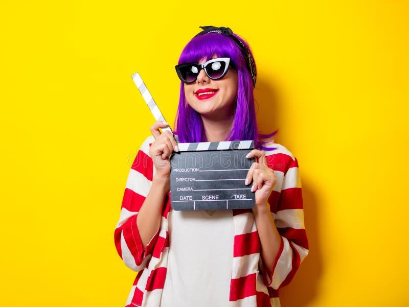 Młodzi actres z purpurowym włosy trzyma clapper obraz royalty free