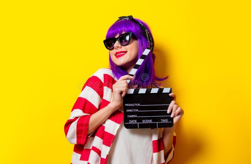 Młodzi actres z purpurowym włosy trzyma clapper fotografia royalty free