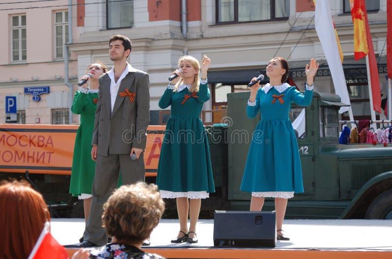 Młodzi aktorzy śpiewają piosenki na scenie obraz royalty free