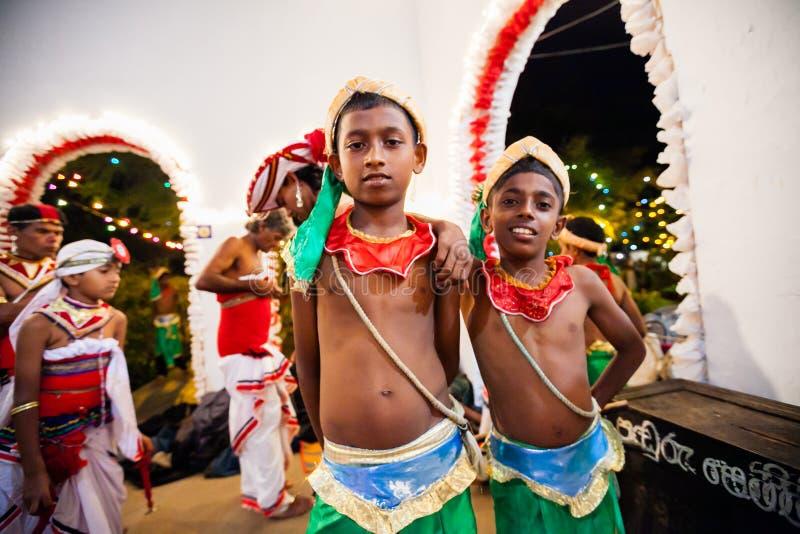Młodzi aktorzy ubierają up dla Kandy Esala Perahera fotografia royalty free